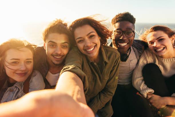 휴일에 selfie를 복용 하는 쾌활 한 친구 - 5명 뉴스 사진 이미지