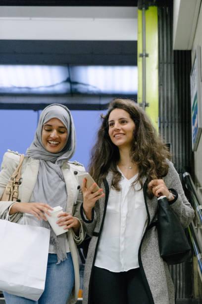 Joyeux amis marchant dans la ville - Photo