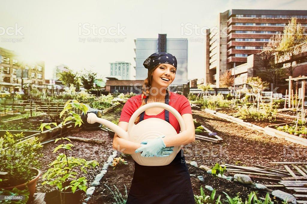Alegre jardinero sostiene planta en el jardín foto de stock libre de derechos