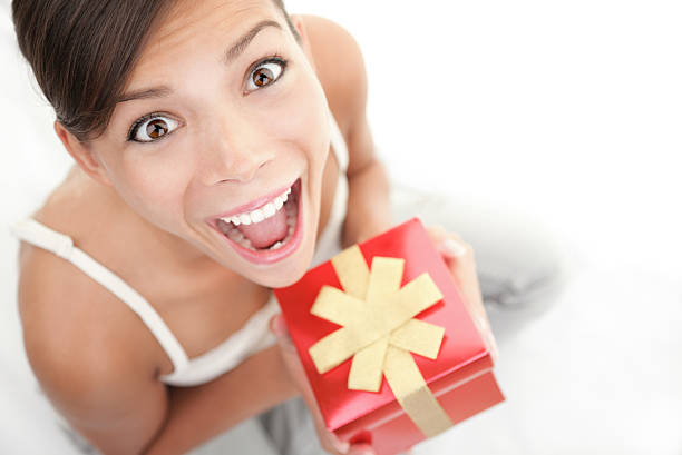fröhlich geschenk frau - jugendliche geburtstag geschenke stock-fotos und bilder