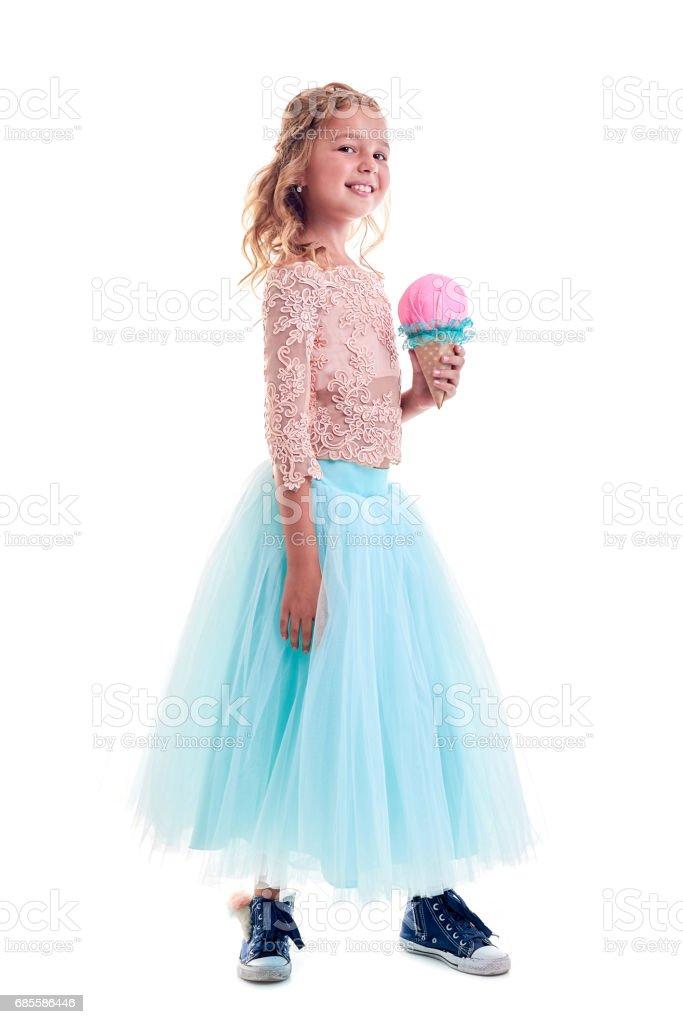 歡快的女孩在漂亮的衣服擺在工作室。生活方式。快樂.有色衣服 免版稅 stock photo