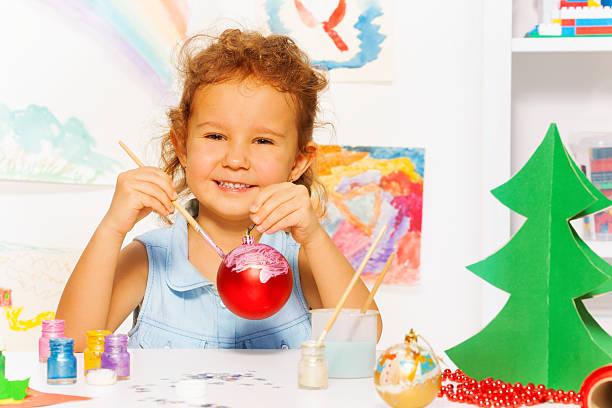 fröhliche mädchen malerei neues jahr und sitzbereich - weihnachtsbilder zum ausmalen stock-fotos und bilder