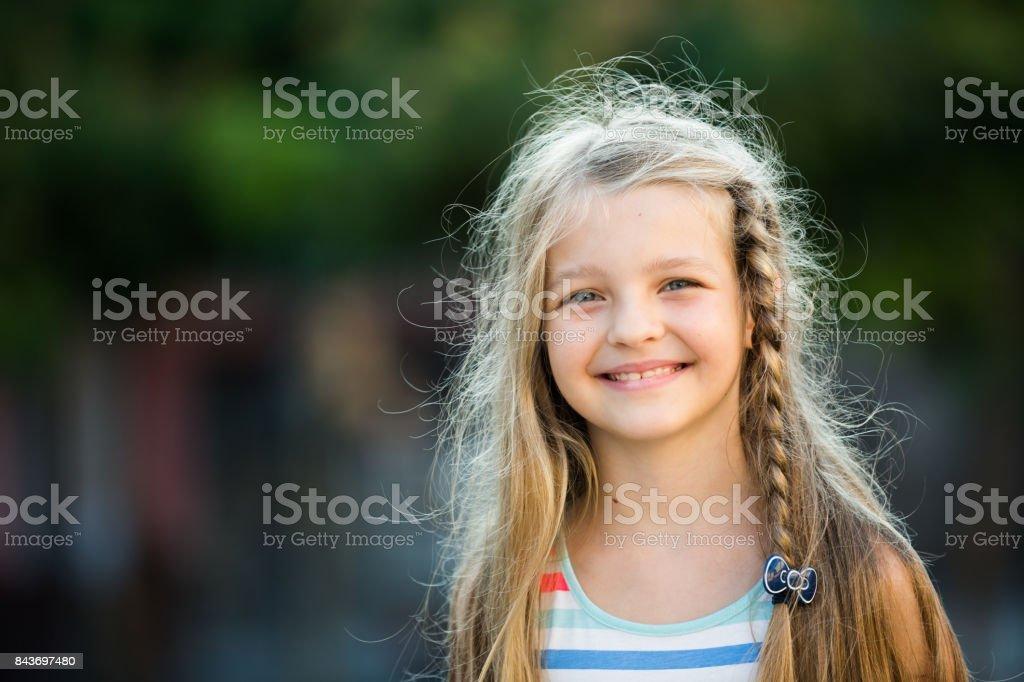 retrato de menina alegre - foto de acervo