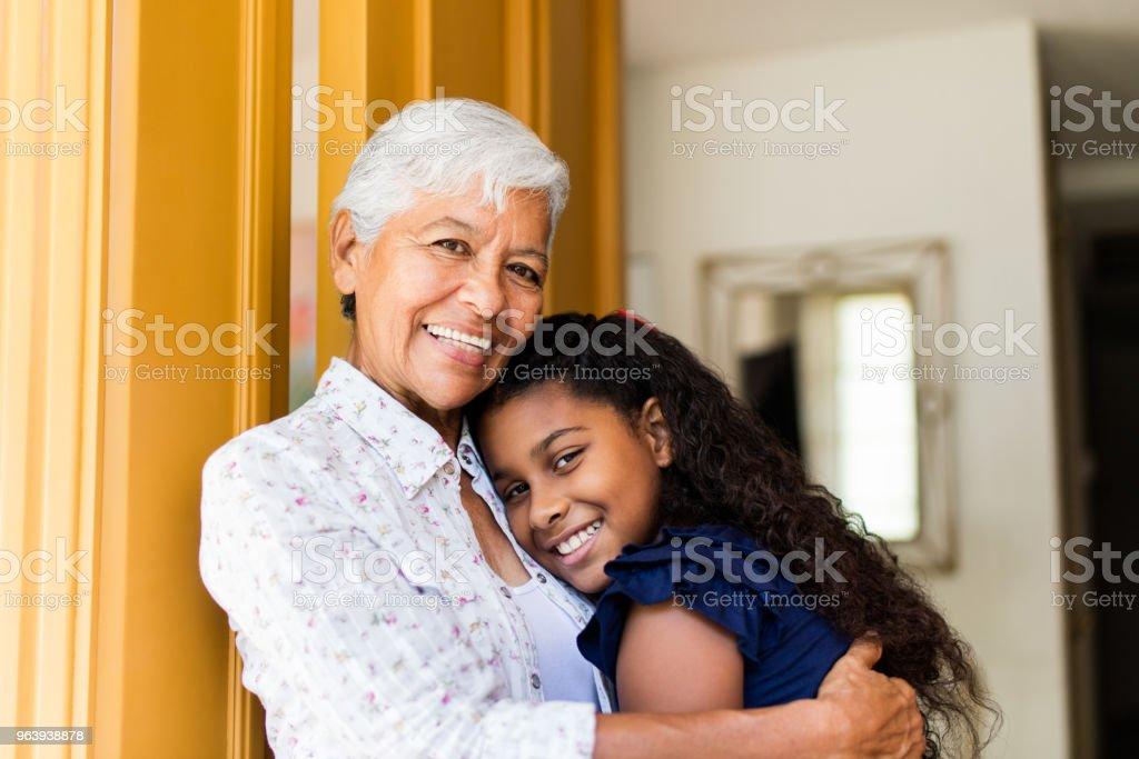 陽気な祖母採用ティーン孫娘 - 2人のロイヤリティフリーストックフォト