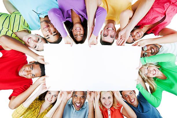 fröhliche gruppe der holding big white paper. - spaß sprüche stock-fotos und bilder