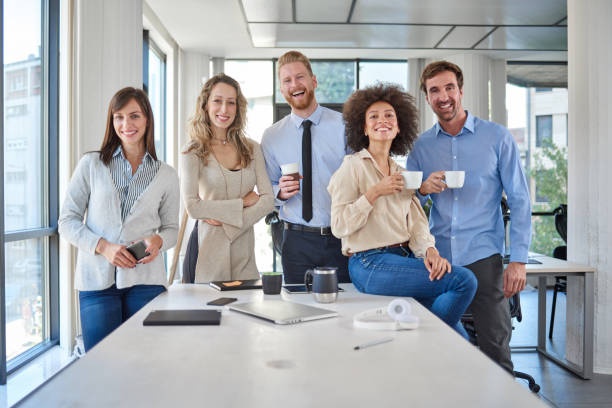 Fröhliche Gruppe von Geschäftsleuten, die im Amt posieren. – Foto