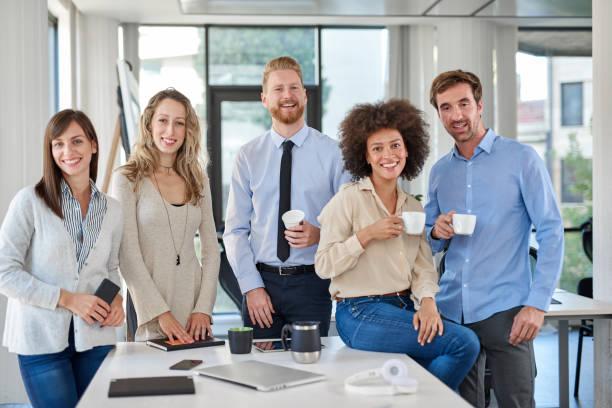 Fröhliche Gruppe von Geschäftsleuten posiert im Amt. – Foto