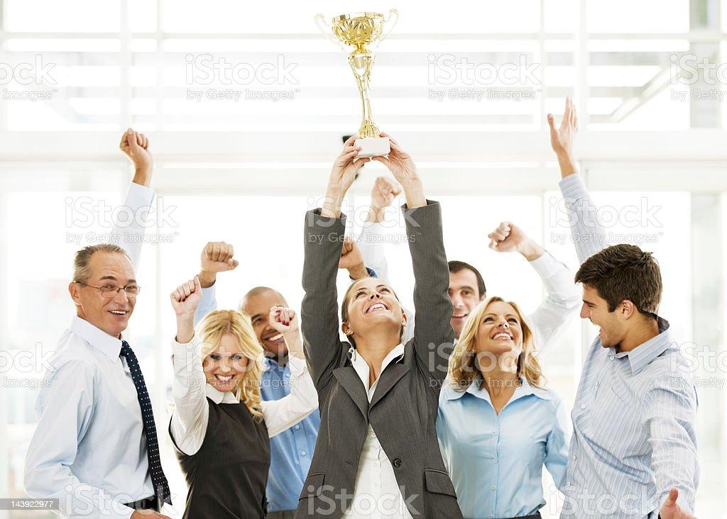Fröhliche Gruppe von Geschäftsleuten den Gewinn der WM mit Händen. – Foto