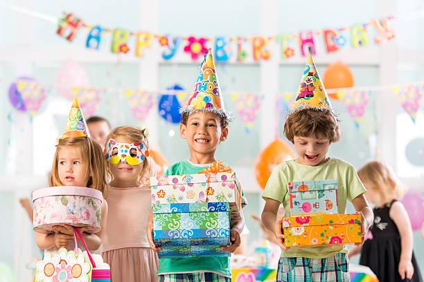 fröhliche gruppe von kindern, die geburtstag präsentiert. - jugendliche geburtstag geschenke stock-fotos und bilder