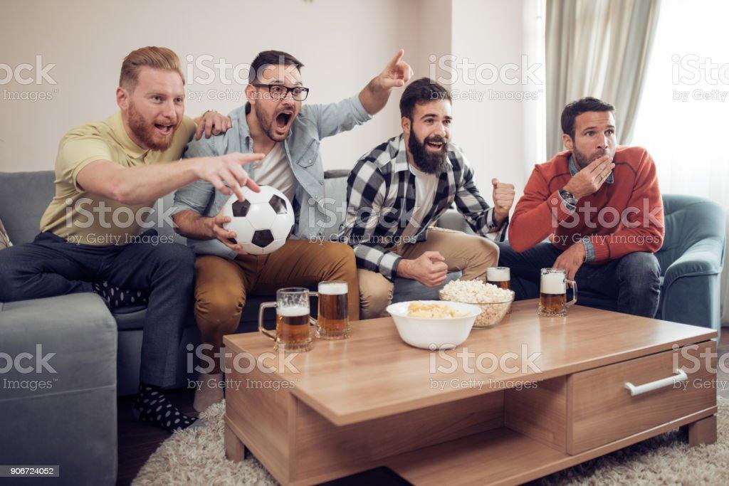 Fröhliche Gruppe von Freunden Fußballspiel im Fernsehen beobachten – Foto