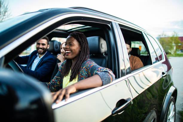 Fröhliche Gruppe von multiethnischen Freunden auf dem Weg – Foto