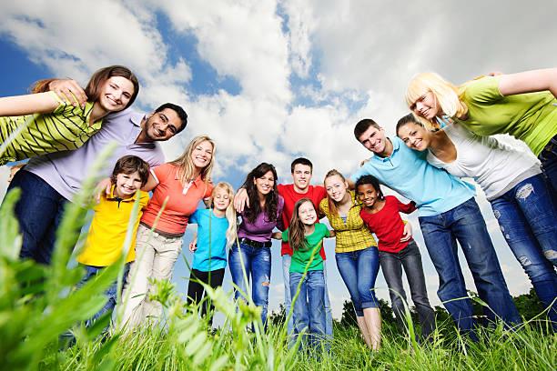 joyeux groupe de jeunes gens à la recherche dans la caméra. - demi cercle photos et images de collection