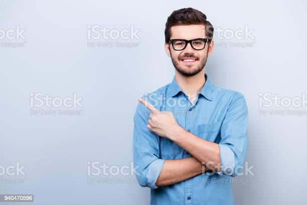 Fröhliche Hübscher Junger Mann Ich Brille Zeigt Richtung Und Zeigt Mit Dem Finger Stockfoto und mehr Bilder von Mit dem Finger zeigen