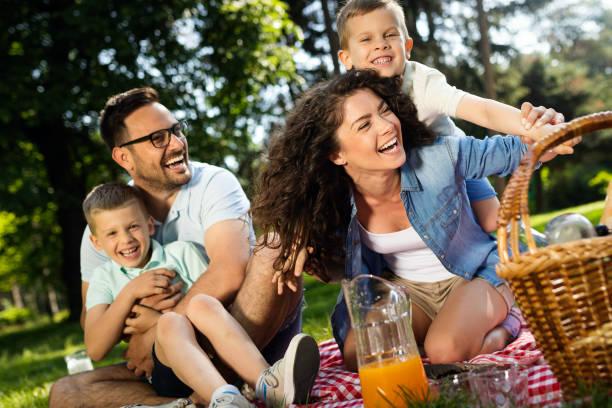 Fröhliche fröhliche Familie Picknick an einem schönen Tag – Foto