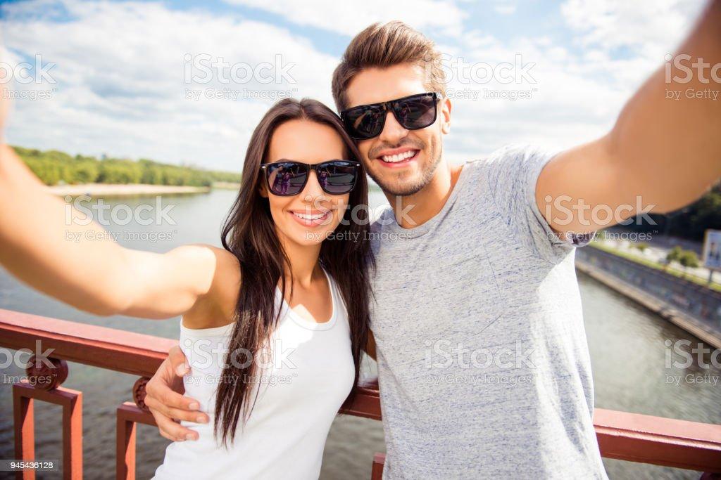 Homem feliz alegre e mulher tendo a pé e fazendo selfie - foto de acervo
