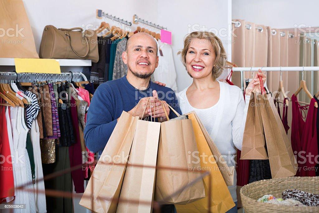Fröhlich happy Erwachsene Frau und Mann hält Koffer – Foto