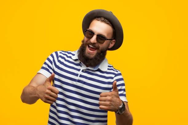 fröhliche hipster gestikulieren daumen hoch - schild mode stock-fotos und bilder