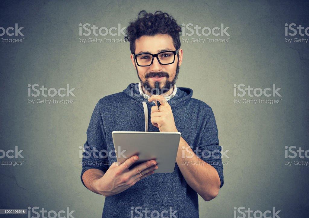 Fröhliche Hipster Mann mit Pad-computer – Foto
