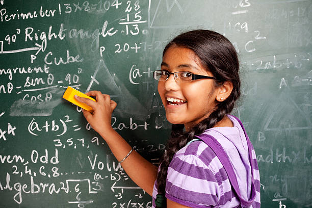 陽気なインドの女の子スチューデント効果の問題を数学 greenboard 黒板 - 数学の授業 ストックフォトと画像