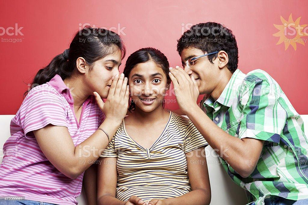 Alegre grupo de adolescentes compartiendo secretos india - Secretos de india ...