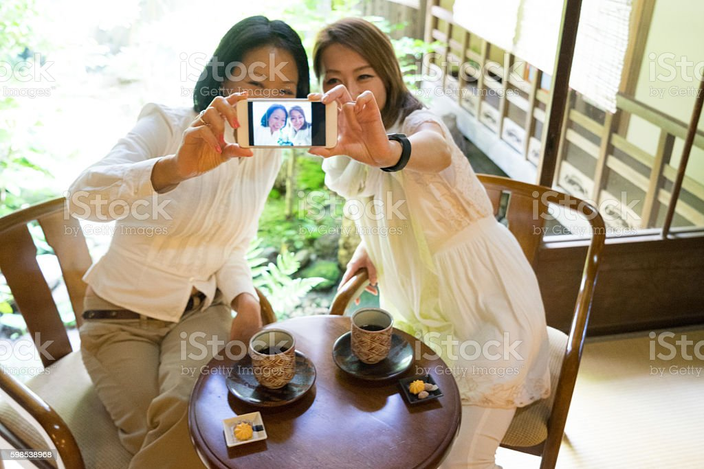 Cheerful Japanese women having a meeting in a traditional cafè photo libre de droits