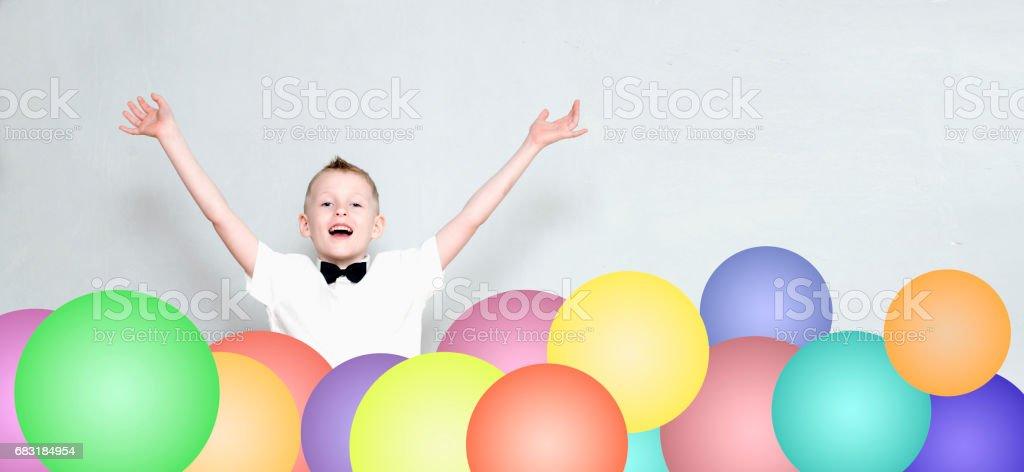 歡快的孩子從五顏六色的氣球跳出來 免版稅 stock photo