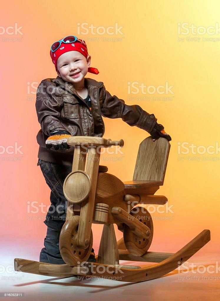 Alegre niño carrera rider - foto de stock