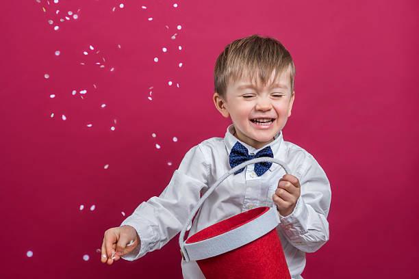 Fröhliche Kinder werfen Konfetti – Foto