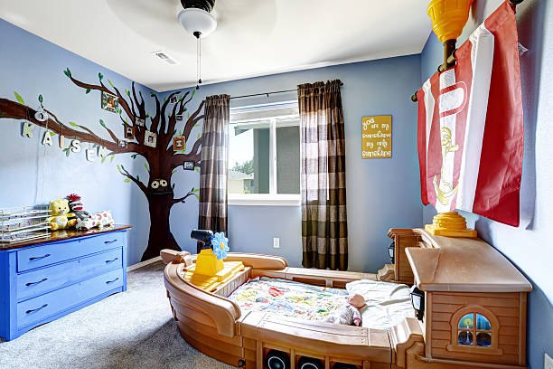 fröhliche kinder mit boot-bett zimmer - nautisches schlafzimmer stock-fotos und bilder