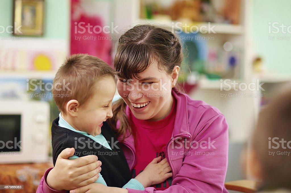 ALLEGRO bambini con disabilità, al Centro di riabilitazione - foto stock