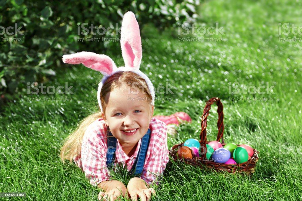 Un Niño De Preescolar Alegre Vestido Con Orejas De Conejo Es