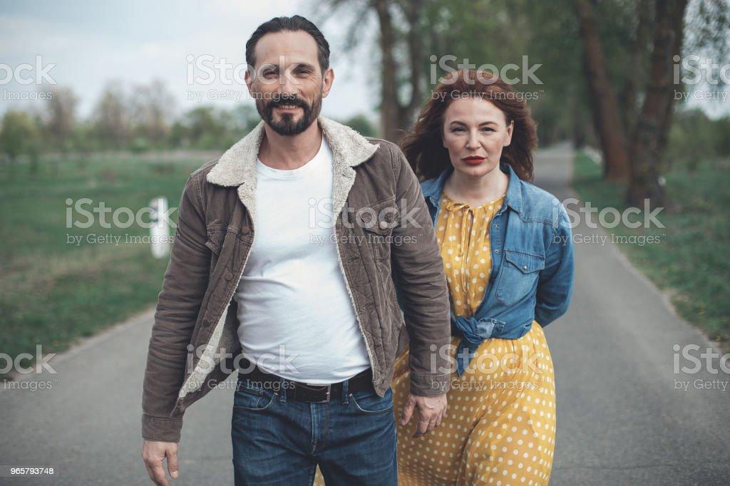 Vrolijke verliefde paar dating in de natuur - Royalty-free Alleen volwassenen Stockfoto