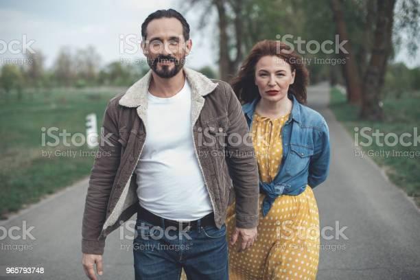 Vrolijke Verliefde Paar Dating In De Natuur Stockfoto en meer beelden van Alleen volwassenen