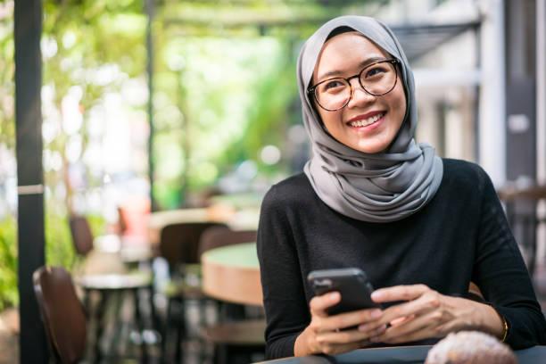 mulher de negócios malaio alegre em um café - malásia - fotografias e filmes do acervo
