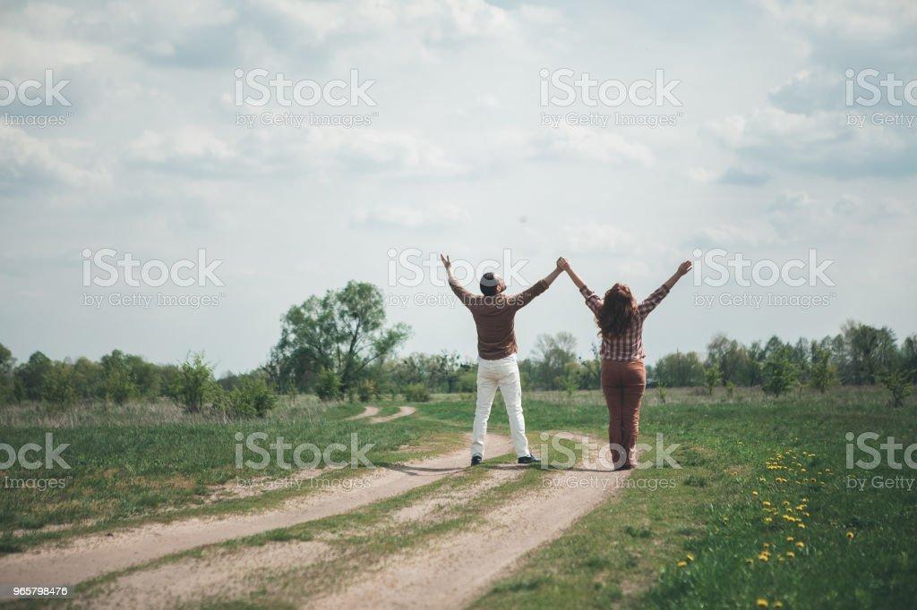 Vrolijke man en vrouw gevoel vrijheid in het natur - Royalty-free Alleen volwassenen Stockfoto