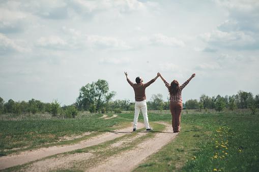 Vrolijke Man En Vrouw Gevoel Vrijheid In Het Natur Stockfoto en meer beelden van Alleen volwassenen