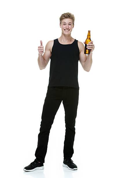 Alegre hombre que agarra botella de cerveza & aclamando - foto de stock