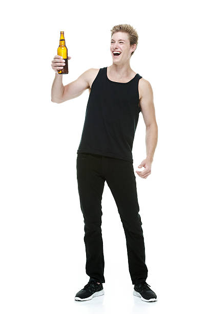Alegre hombre que agarra botella de cerveza - foto de stock