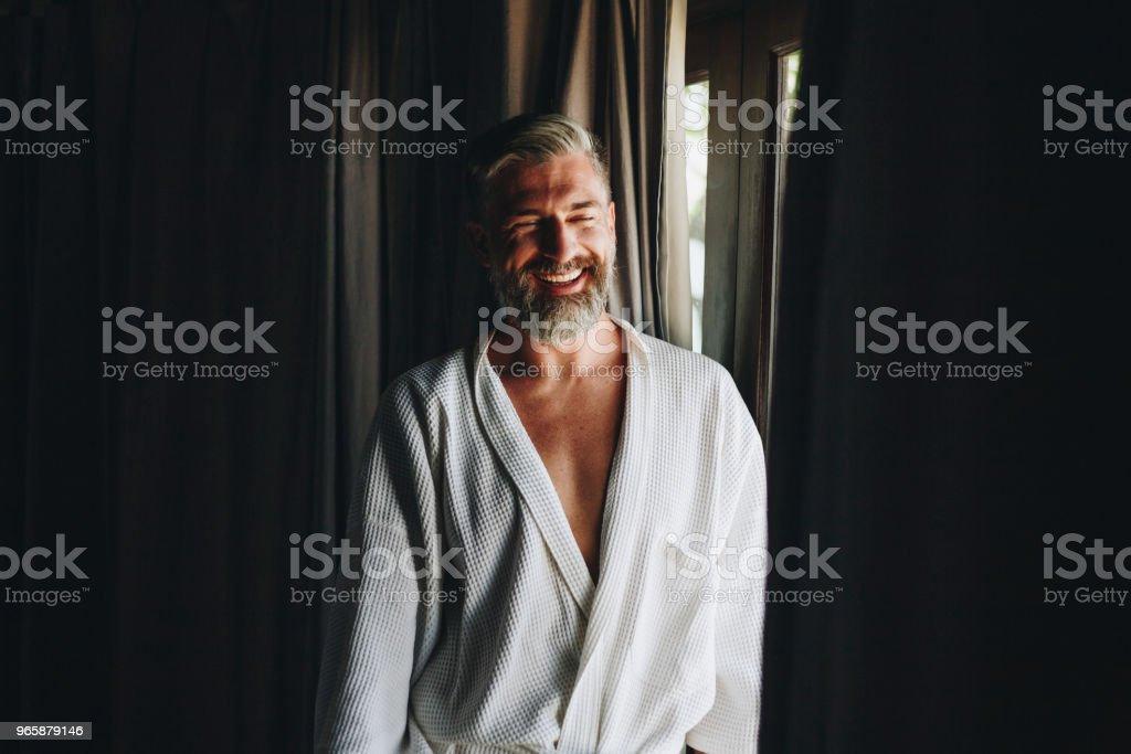 Vrolijke man in een badjas - Royalty-free Alleen mannen Stockfoto