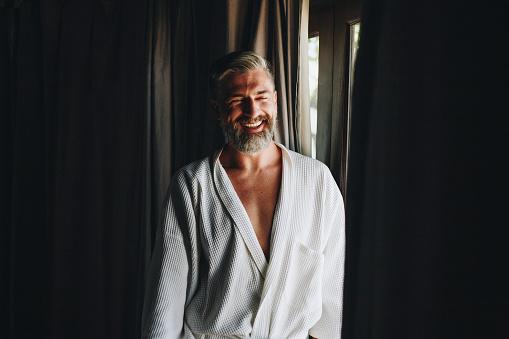 Vrolijke Man In Een Badjas Stockfoto en meer beelden van Alleen mannen