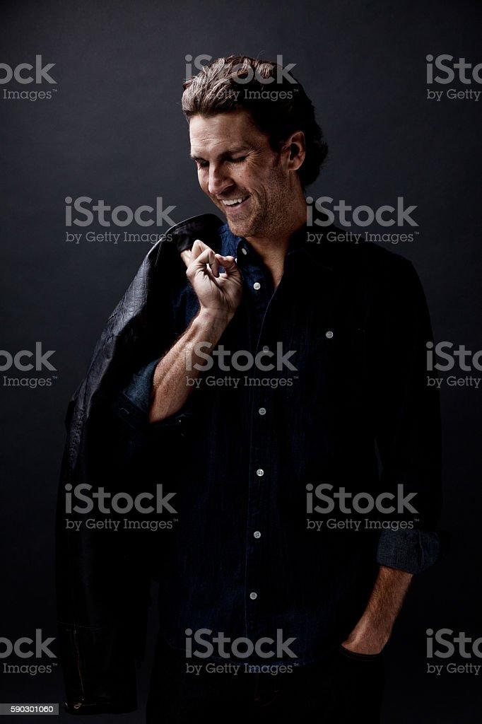 Веселый человек, глядя вниз Стоковые фото Стоковая фотография