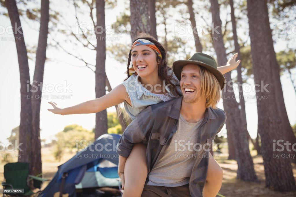 性格開朗的人捎帶反對的樹木的女人 免版稅 stock photo