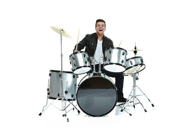 fröhlich mann spielt trommeln - schlagzeuge stock-fotos und bilder