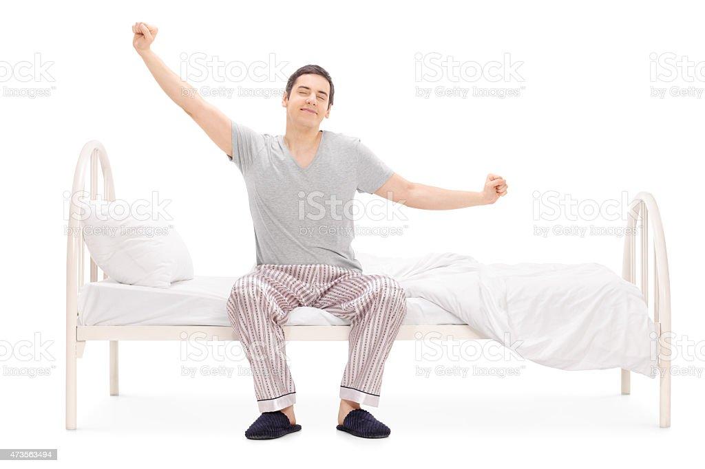 Fröhlich Mann Aufwachen von Schlaf und stretching – Foto