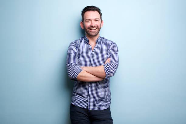 開朗的人, 用手臂交叉的藍色牆壁的鬍子擺在 - 三四十歲的人 個照片及圖片檔