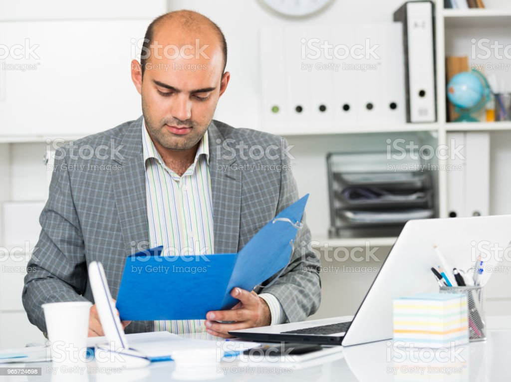 Cheerful man with folders and files at the laptop - Royalty-free 30-39 Years Stock Photo