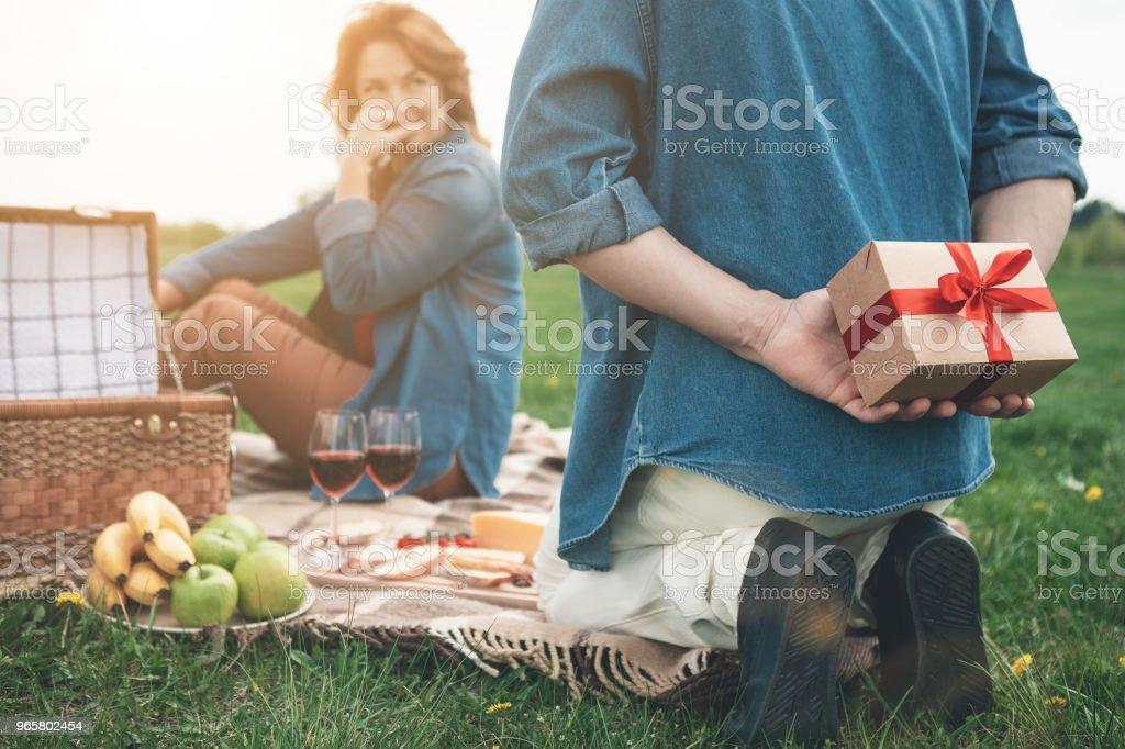 Vrolijke echtpaar hebben picnic op vakantie buiten - Royalty-free Alleen volwassenen Stockfoto