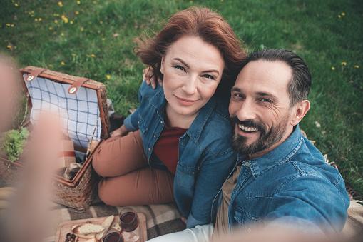 Vrolijke Echtpaar Selfie Maken Op Weide Stockfoto en meer beelden van Activiteit - Bewegen