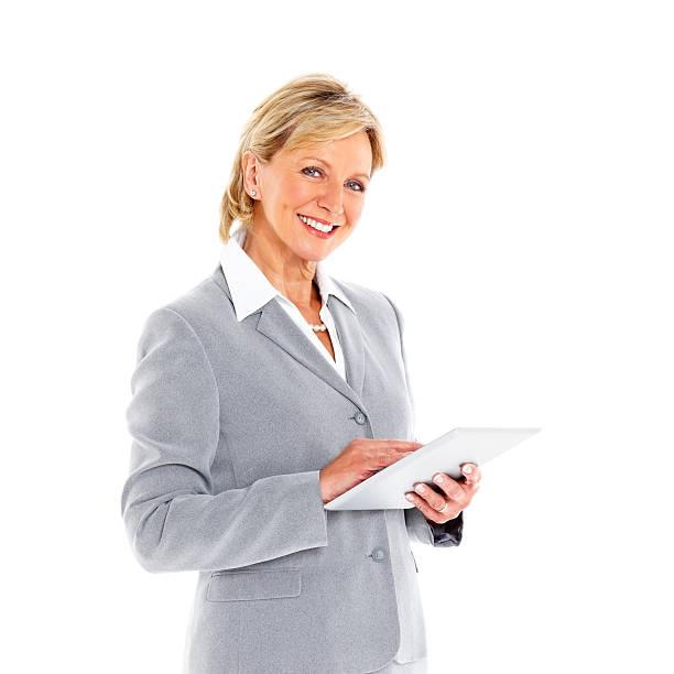 alegre mulher de negócios madura em pé com tablet digital - senior business woman tablet imagens e fotografias de stock