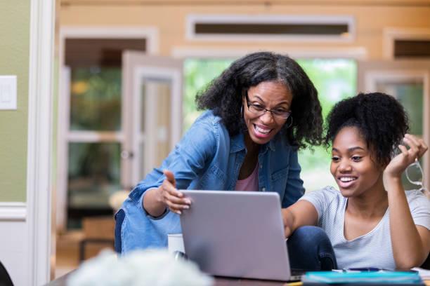 Fröhliche Mutter und Tochter verwenden Laptop – Foto